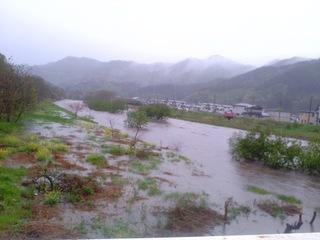 大雨増水の大槌川・柾内橋
